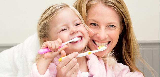Mor og datter pusser tennene